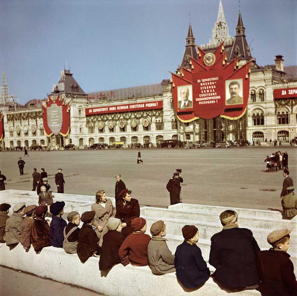 5_37-CIC_Young-visitors-waiting-to-see-Lenin_s-Tomb-at-Red-Square_-Moscow-7