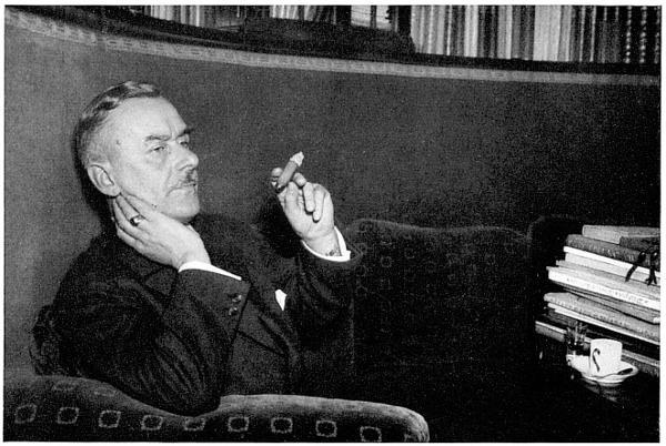 """Die Abbildung zeigt den deutschen Schriftsteller Thomas Mann. Schon sein erster Roman """"Buddenbrooks"""" (1901) machte ihn weltberühmt. Weitere wichtige Werke sind """"Tod in Venedig"""" (1912), """"Der Zauberberg"""" (1924) und """"Die Bekenntnisse des Hochstaplers Felix Krull"""" (1954). 1929 wurde er mit dem Literatur-Nobelpreis ausgezeichnet. Als Kritiker der Nationalsozialisten emigrierte er 1933 in die Schweiz, später in die USA, wo er 1944 die amerikanische Staatsbürgerschaft erhielt. Thomas Mann wurde am 6. Juni 1875 in Lübeck geboren und ist am 12. August 1955 in Zürich gestorben."""