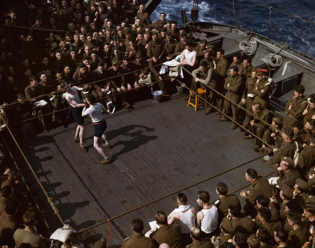 7_9-Capa_British-soldiers-watching-a-wrestling-match-on-a-troop-ship-from-England-to-N-8