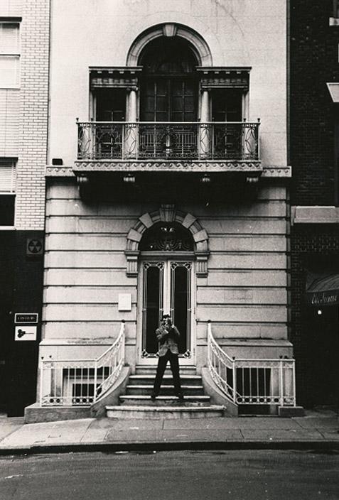 Photographie de Seth Siegelaub debout sur les marches du 44 East Fifty-second Street à Manhattan, où s'est tenue l'exposition du 5 au 31 janvier 1969 Photographie de Robert Barry 1969