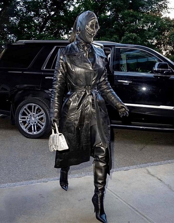 Kim Kardashian, l'icone du vide, a été habillée comme une maitresse ou comme une victime sado-masochiste.