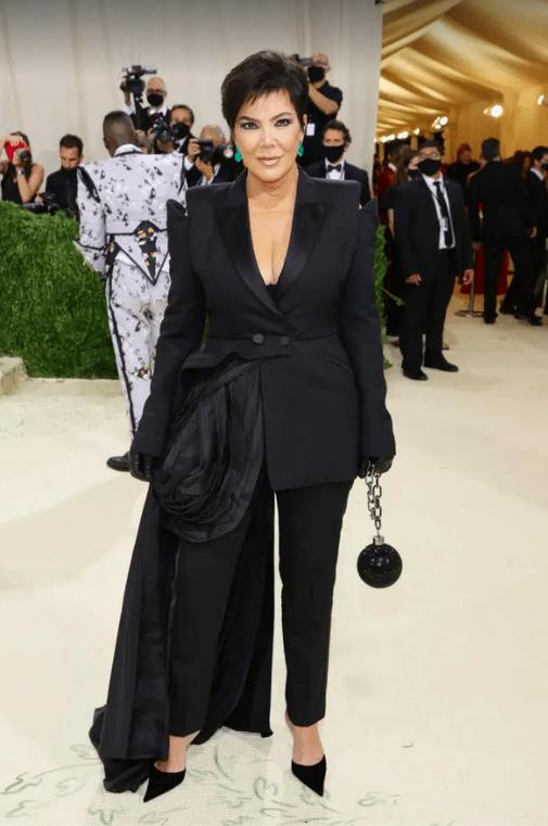La maman ou le papa, qui sait, de Kim Kardashian a eu l'obligation de porter une boule de prisonnier attachée à une chaîne, un clin d'œil à l'esclavage des enfants qu'ils contrôlent.