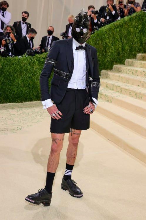 Le mannequin, acteur et skateur Evan Mock n'a pas eu le choix que de se présenter comme esclave sexuel. Une longue tristesse abyssale vous submerge en regardant cette image plus d'une seconde.