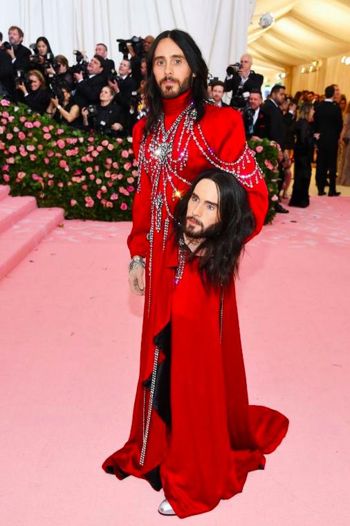 Jared Leto avait eu le droit à une robe rituelle rouge et tenait une réplique de sa tête guillotinée. Sa tête tranchée symbolise son alter ego, esclave MK Ultra.